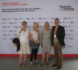 Die Bielefelder Delegierten der Paprikakoalition mit Ehrenaubergine (Sylvia Gorsler, SPD, Dorothea Becker, BfB, Doris Hellweg, Grüne - et moi